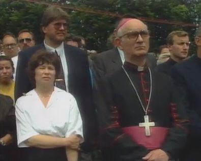 Spravna slovesnost v Kočevskem Rogu leta 1990. Foto: Televizija Slovenija, zajem zaslona