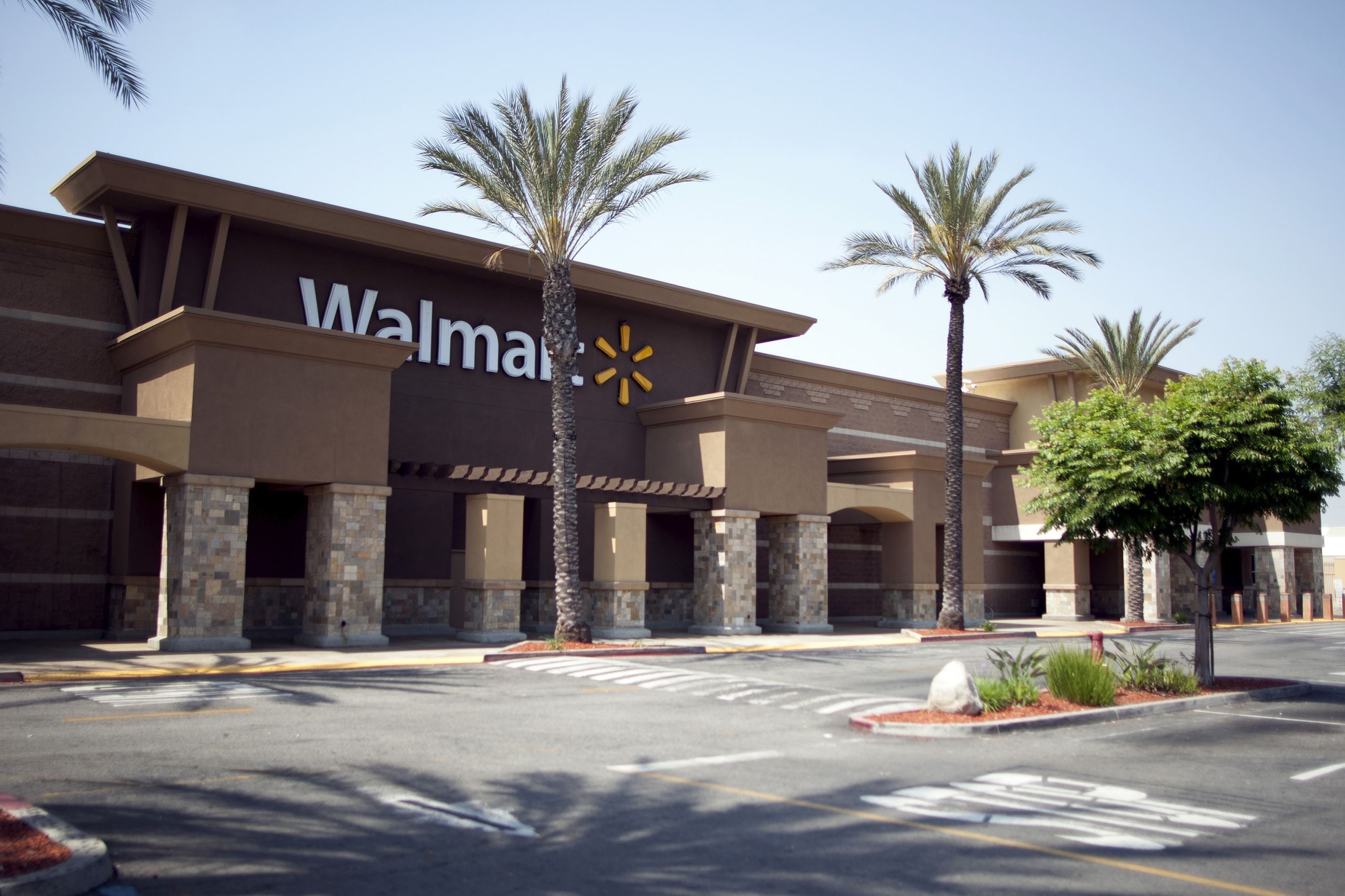 The closed Pico Rivera Wal-mart Store is seen in Los Angeles, California, April 20, 2015. ÊA union on Monday asked the National Labor Relations Board to force Wal-Mart to reinstate employees at five stores, accusing the retailer of closing the locations to retaliate against workers for attempts to organize for better pay and benefits.