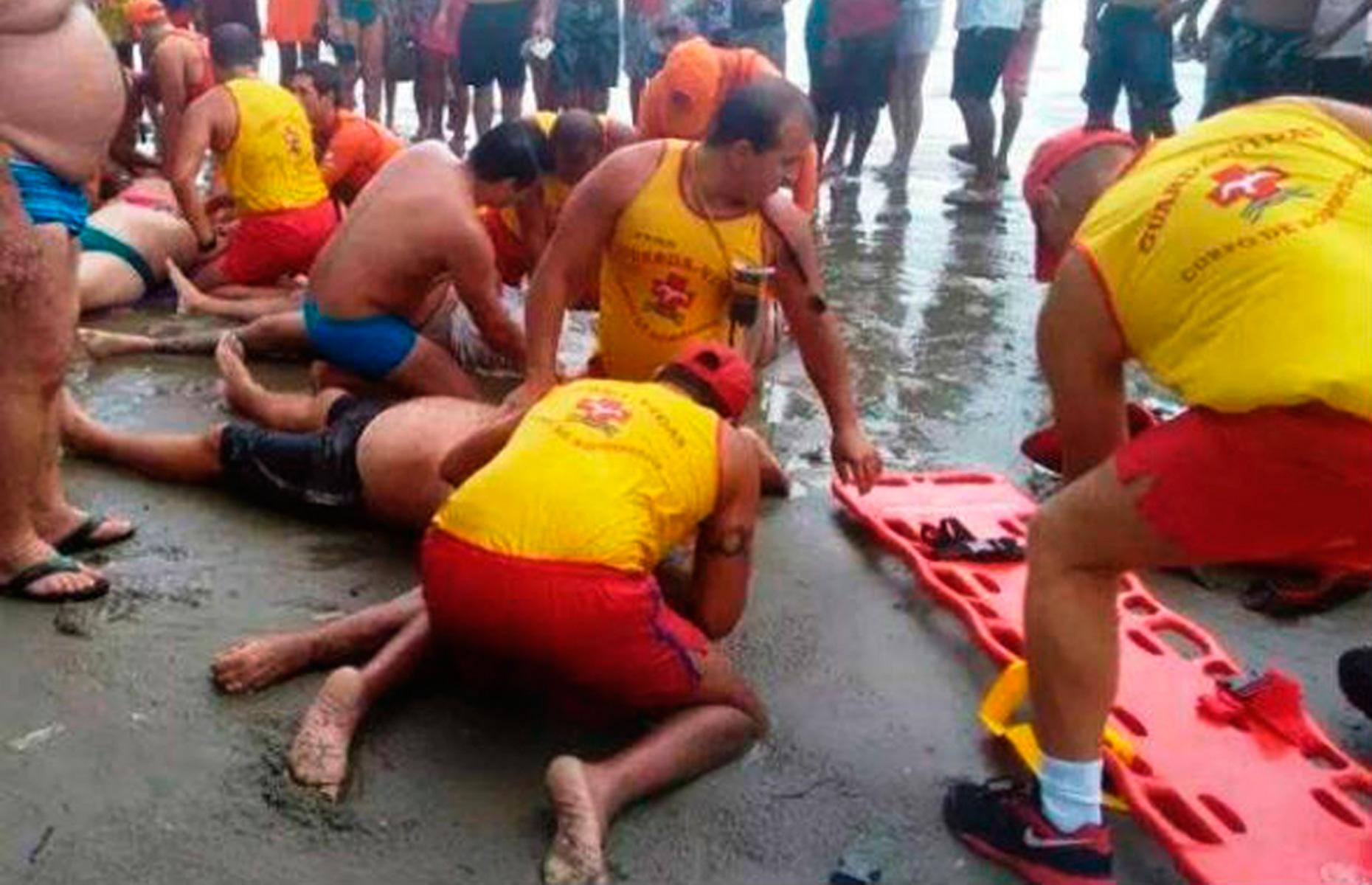 Entre as vítimas está uma grávida de cinco meses; descarga elétrica ocorreu na beira da praia, enquanto pessoas se abrigavam da chuva.