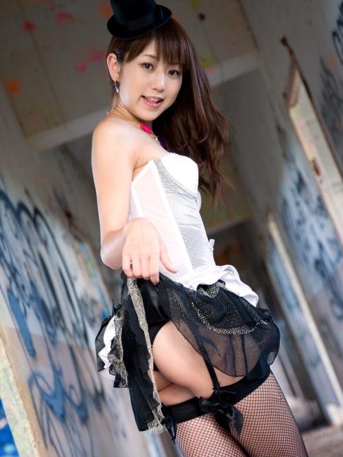 【三次】スカートをたくし上げてオトコに見せている女の子のエロ画像・7枚目