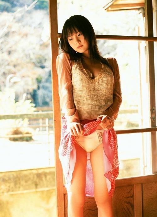 【三次】スカートをたくし上げてオトコに見せている女の子のエロ画像・11枚目