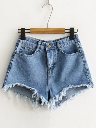 I love this denim cutoff shorts outfit!
