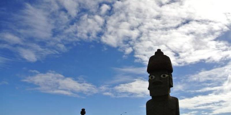 智利復活島。早餐後的海邊閒晃。巧遇高帽子moai