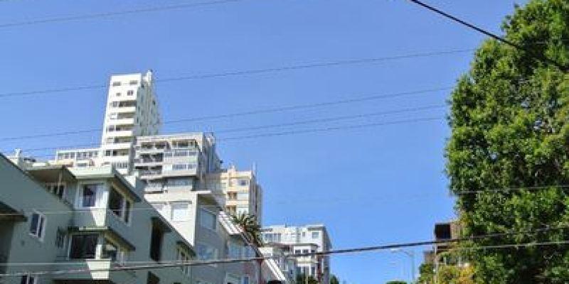 《美國加州》舊金山。Lombard Street。九曲花街~世界最彎的街道