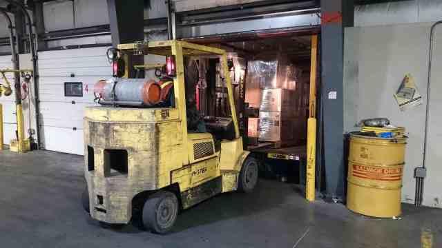 堆高機從貨車上搬出物品