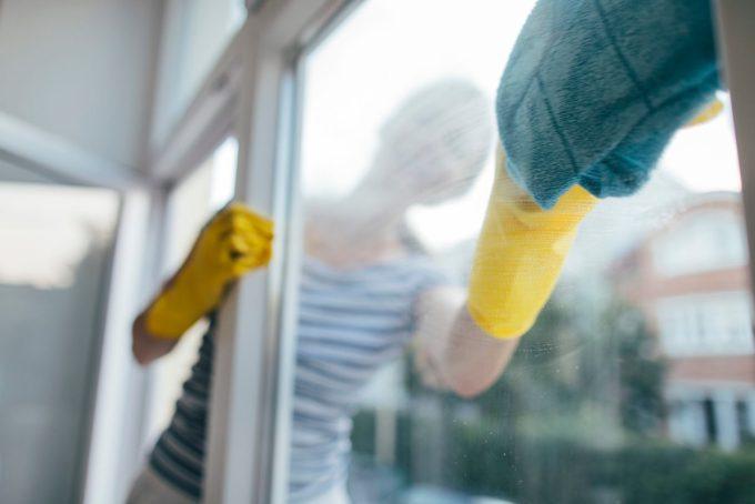 窓拭き・清掃・女性