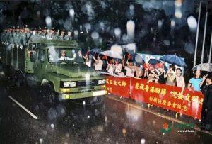 傾盆大雨中歡迎駐港官兵 (網絡圖片)