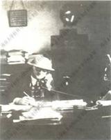 约翰·拉贝先生正在南京安全区的办公室工作的照片。在这里,拉贝先生写了《拉贝日记》(Wikimedia Commons)