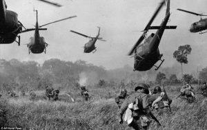 战斗区:美国陆军直升机在1965年3月将机枪射入树线,以掩盖南越军队的进攻 (Horst Faas/AP)