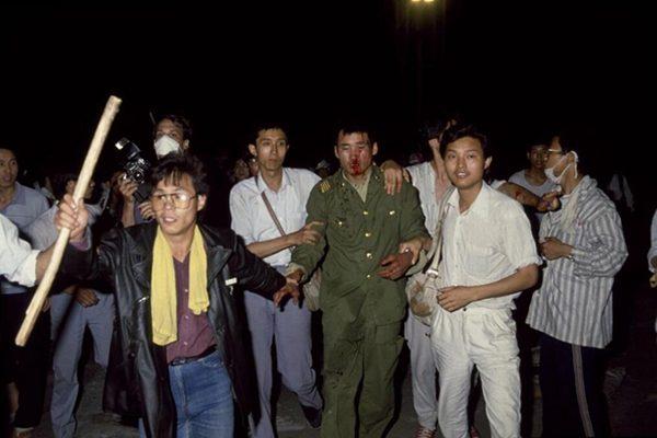 1989年6月4日凌晨,学生救护装甲车士兵(网络图片)