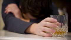 Une personne avec un verre d'alcool