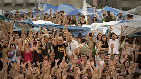 Photo: AFP/Pedro Armestre, Des personnes rassemblées sur la place Puerta del Sol, à Madrid, le 29 mai 2011, Les imbéciles ont pris le pouvoir, Pierre Fraser, Georges Vignaux