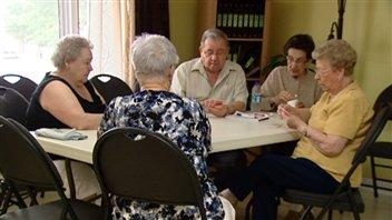 5 aînés jouent aux cartes