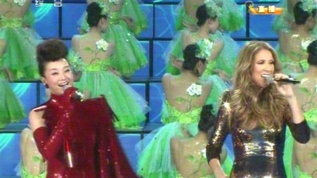 Céline Dion et une chanteuse chinoise lors d'un spectacle pour le Nouvel An