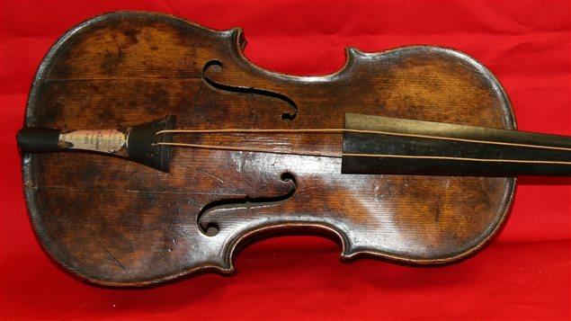 Voici le violon dont jouait Wallace Hartley alors que sombrait le Titanic. L'instrument a été retrouvé après plus de 100 ans de recherches