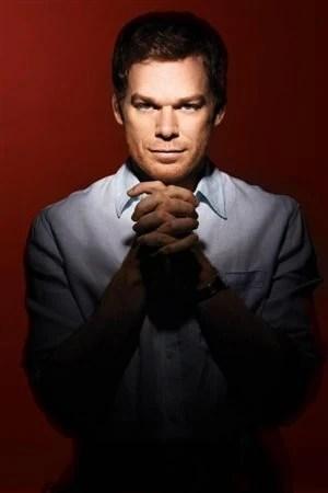 La série Dexter diffusée sur les ondes de Showtime aux États-Unis met en scène un spécialiste dans l'analyse de traces de sang, Dexter Morgan, qui est un tueur en série psychopathe.