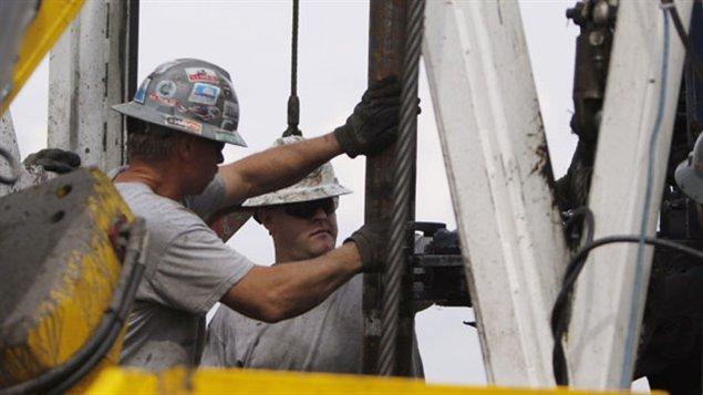 Obreros en una explotación petrolera mediante fracturación hidráulica