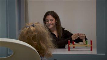 La doctorante Sabrina Chiarella et une fillette lors de l'expérience.