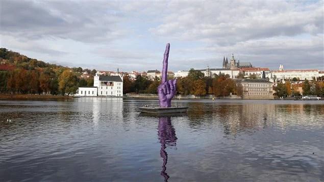 Le doigt d'honneur de l'artiste David Cerny à Prague