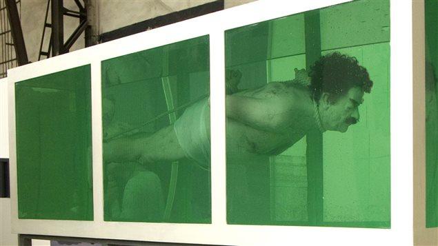 «Shark» (requin), de l'artiste David Cerny, montre un mannequin de Saddam Hussein ligoté dans un aquarium