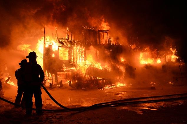 Un voisin, Pascal Fillion, raconte qu'à 1 h du matin, le bâtiment était complètement en feu.