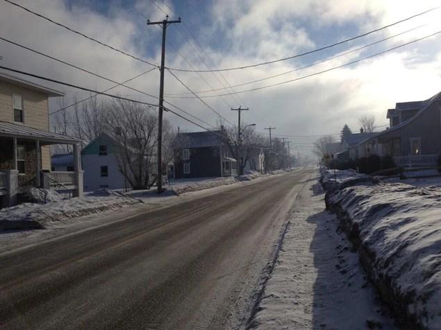 En fin de matinée jeudi, une fumée dense enveloppait toujours une partie du village.