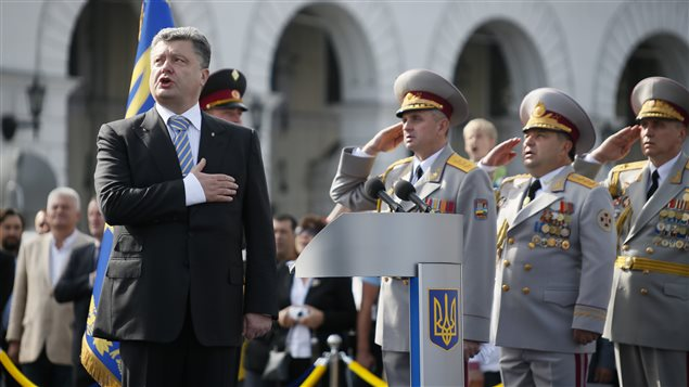 Le président Petro Porochenko chante l'hymne national ukrainien (archives).
