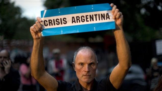 Un Argentin manifeste sa colère après le décès du procureur Alberto Nisman.