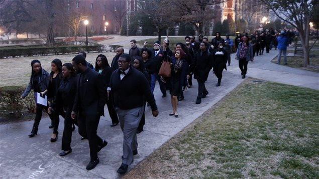 Des dizaines de personnes ont marché sur la campus de l'université.