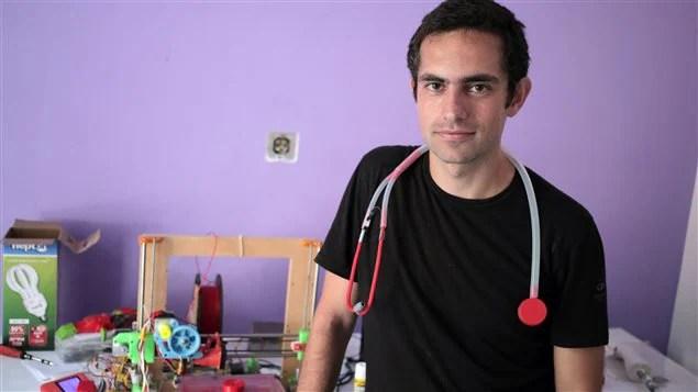 Le Dr Tarek Loubani avec son stéthoscope à bas prix autour du cou