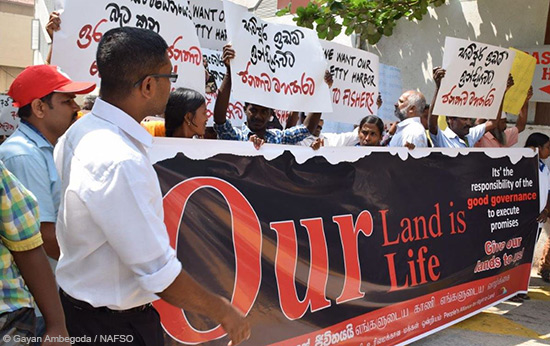 Enteignete Kleinbauern und -bäuerinnen protestieren im Februar 2016 in Colombo. Organisiert haben die Proteste die Organisationen PARL und NAFSO.