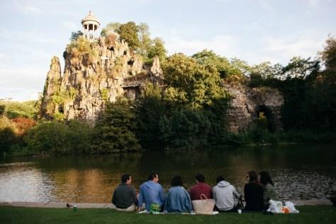 Waterside picnic at Parc des Buttes Chaumont │