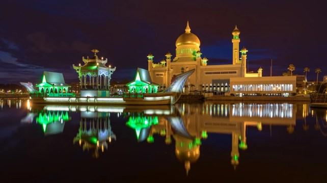 Sultan Omar Ali Saiffudien Mosque during the night