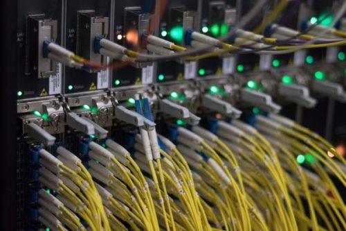 Cabos em servidores em um data center de Internet em Frankfurt am Main, oeste da Alemanha.