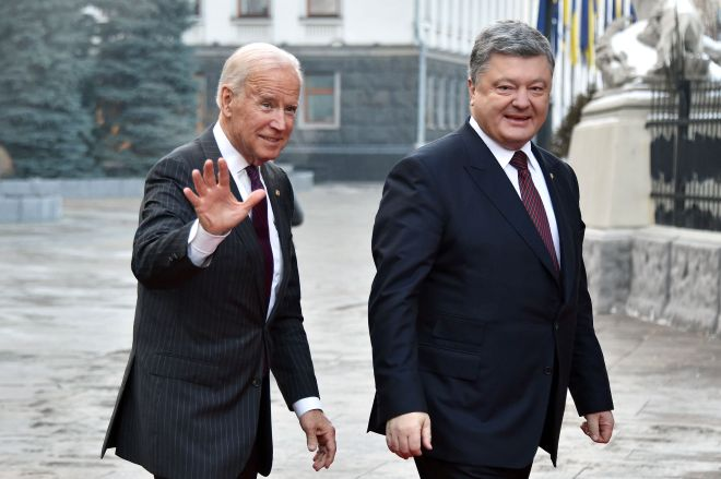 Joe biden is welcomed by Ukrainian president Petro Poroshenko