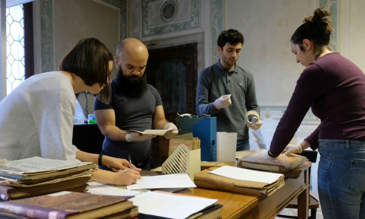 Volunteers save manuscripts in Venice Italy