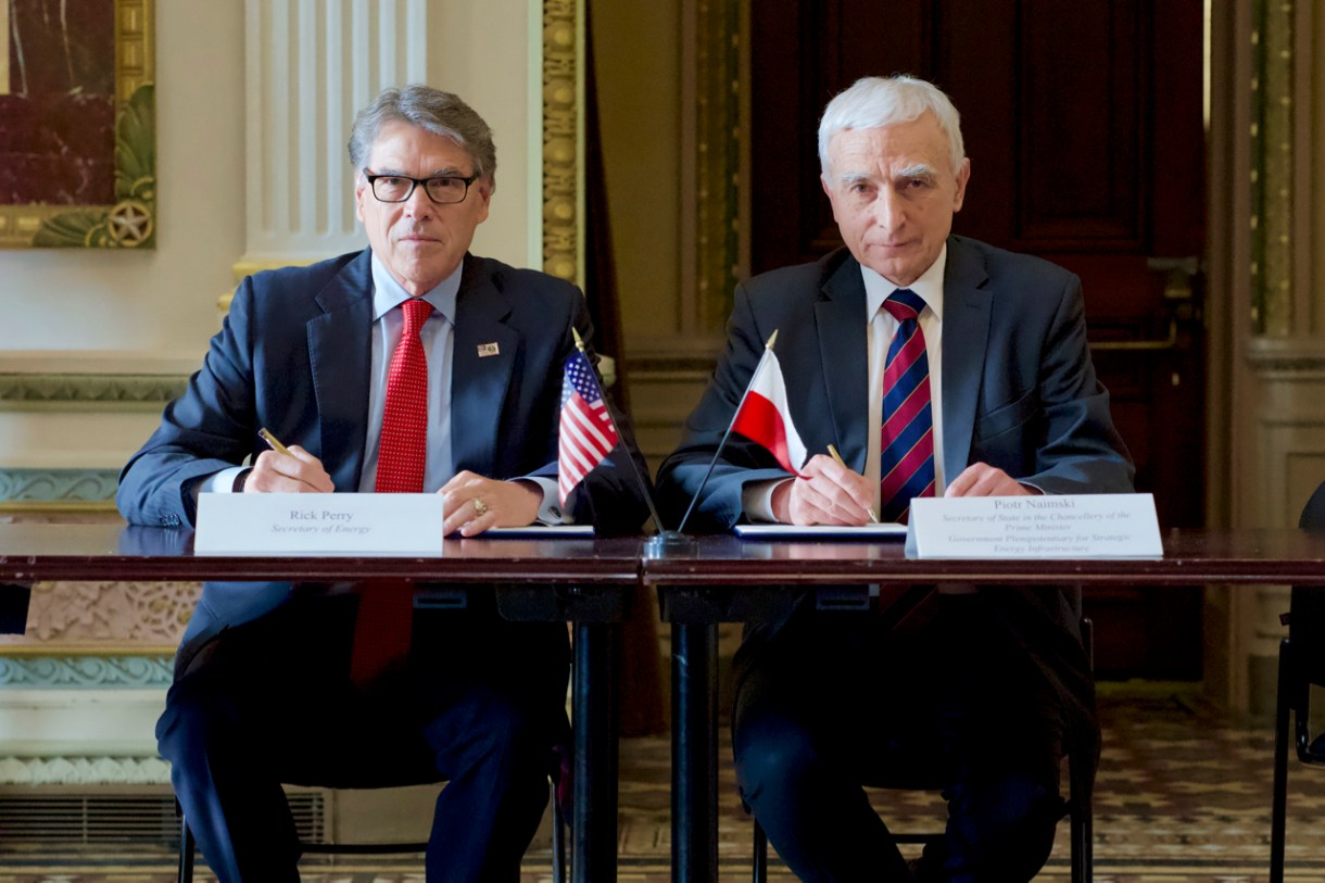 U.S. Secretary of Energy Rick Perry (L) and Polands Secretary of State in the Chancellery of the Prime Minister and government commissioner for strategic energy infrastructure, Piotr Naimski (R), in the official visit of the Republic of Poland, on June 12, 2019 (U.S. Department of Energy)