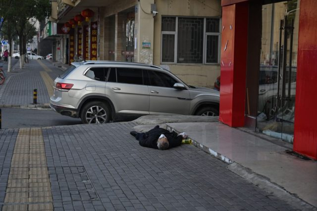 "Картинки по запросу ""man dead in street wuhan"""