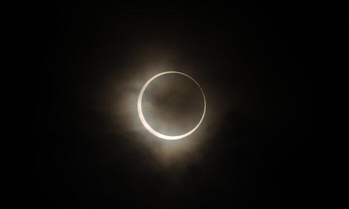 El eclipse solar anular se observa en Tokio, Japón, el 21 de mayo de 2012. (Masashi Hara / Getty Images)