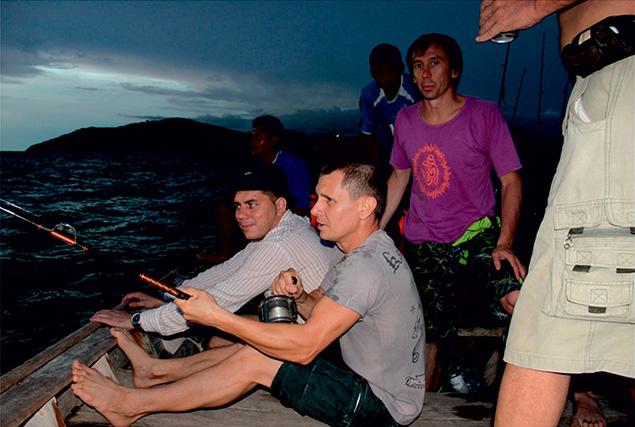 Ночная рыбалка на Пхукете с морскими цыганами.