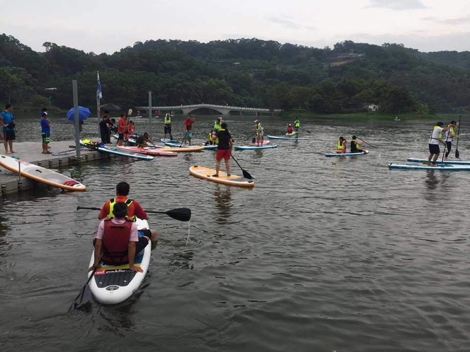 新竹青草湖立式划槳sup體驗資訊整理。9/2禮拜六時間.報名方式(名額不多).人數.年齡限制。新人湖上划槳小時候的回憶–踢小米的生活