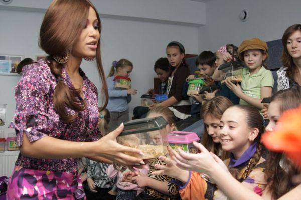 Гайтана подарувала дітям хом'яків (фото) - Гламур - TCH.ua