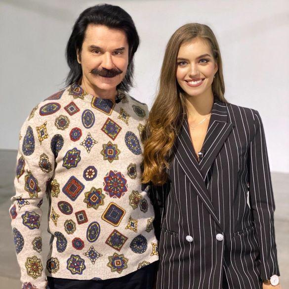 Павел Зибров показал фото с красавицей в полосатом наряде ...
