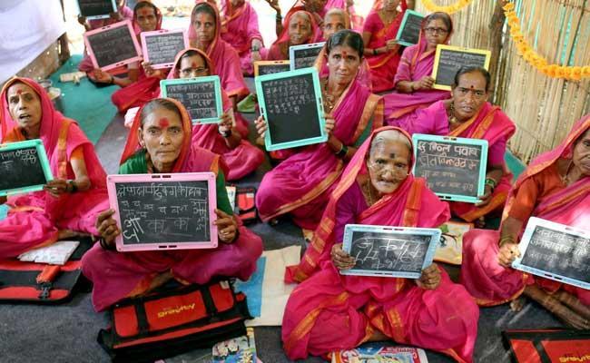 स्कूल पढ़ने जाती हैं 90 साल की दादियाँ