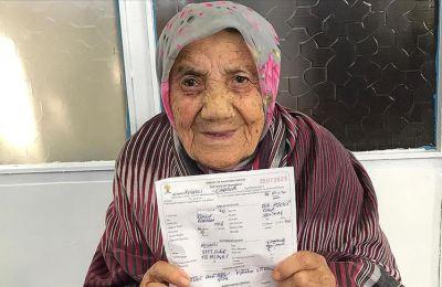 Erdoğan sevgisi 112 yaşındaki 'Güllü nine'yi parti üyesi yaptı