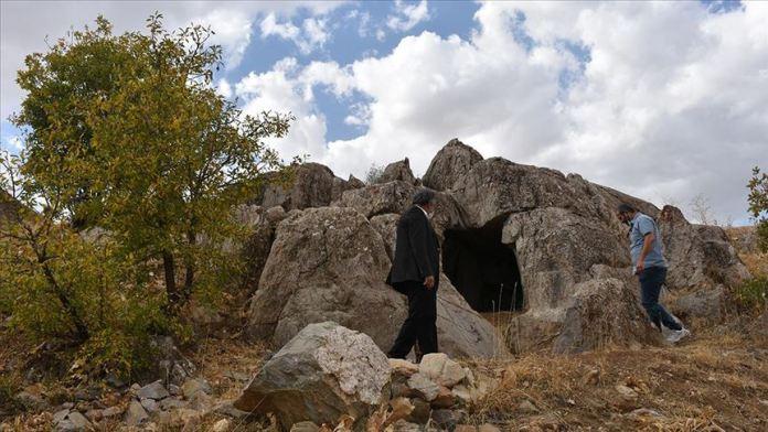 Hakkari'de Urartular dönemine ait 3 odalı kaya mezarı bulundu