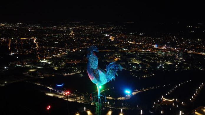 Denizli'de Azerbaycan bayrağının renkleri ışıkla 27 metrelik horoz heykeline yansıtıldı