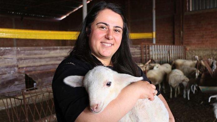 Öğretmenlik eğitimi alan genç kadın çiftçilik ve hayvancılığı seçti