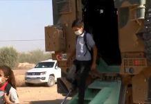 Mehmetçik Rasulayn'daki çocukları mayın ve EYP'lere karşı zırhlı araçlarla okula taşıyor