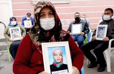 Teröristlerin bilgilerine ait dokümanların HDP il binasında bulunmasına evlat nöbetindeki ailelerden tepki